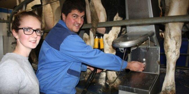 Debora Adler und Ronny Schramm in der Milchviehanlage, die sich am Standort Lauterbach des Agrarunternehmens Lauenhain befindet.