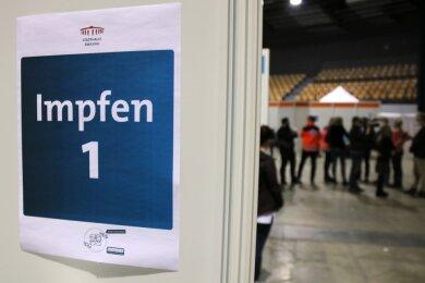 Laut Sozialministerin Petra Köpping fallen in Sachsen wegen der Entscheidung des Bundes, die Verimpfung des Astrazenaca-Serums wegen möglicher Nebenwirkungen auszusetzen, rund 47.500 Impftermine aus.