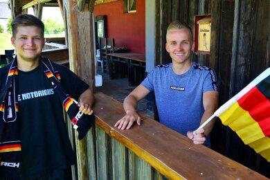 Jonas Wenzel (l.) und der neue Clubchef Erik Militzer freuen sich auf das Public Viewing beim Jugendclub Berthelsdorf in Hainichen.