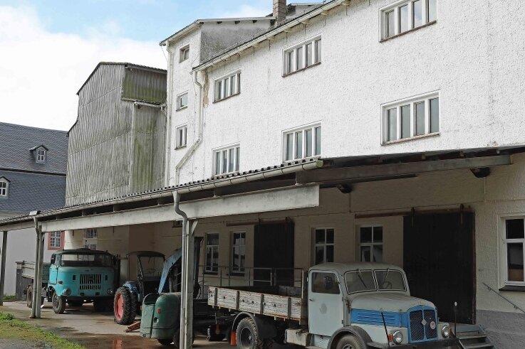 Die Schrotmühle öffnet erstmals für Besucher ihre Türen. Die Szene vor dem Objekt mit den parkenden Fahrzeugen wurde nachgestellt. Sie gehören zur Schau.