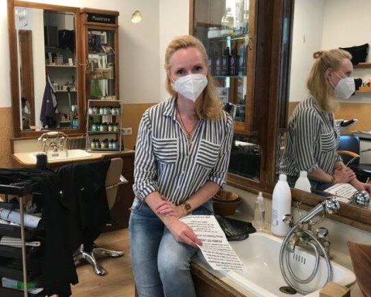 """Susanne Stülpner betreibt den Friseursalon """"Haarwerk"""" in Marienberg. Auch sie hat einen dieser Briefe erhalten, in dem der anonyme Verfasser die Corona-Pandemie als Fake bezeichnet."""