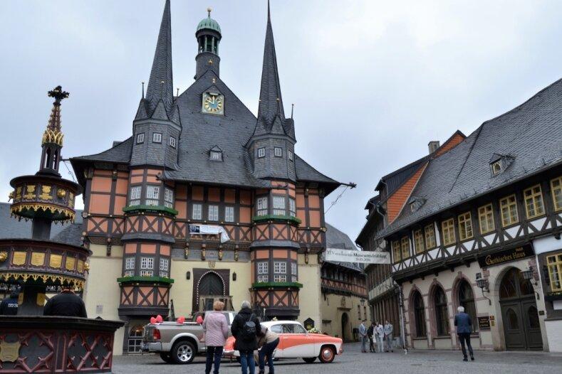 Eigentlich ist der Wernigeröder Marktplatz autofreie Zone. Für Hochzeitspaare wird natürlich eine Ausnahme gemacht.