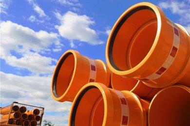 Abwasserrohre aus Kunststoff auf einer Baustelle in einem Neubaugebiet: Kunststoff als Nebenprodukt der Rohölverarbeitung ist knapp geworden, weil die Produktion etwa von Kerosin wegen des zusammengebrochenen weltweiten Flugverkehrs zurückgefahren wurde.