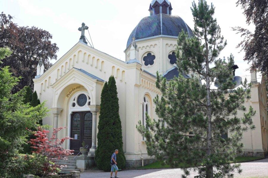 Die Weihe der Friedhofskapelle fand am 5. Dezember 1898 statt. Sie wurde damals nach einem Entwurf von Pfarrer Schink errichtet.