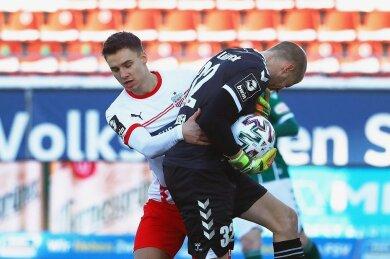 Dustin Willms (links) stemmte sich mit Händen und Füßen gegen Lübecks Torhüter Lukas Raeder und die drohende Niederlage - mit Erfolg. In der zweiten Halbzeit machte der FSV einen 0:1-Rückstand wett.