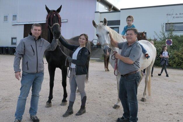 Sven Kunath, Vorsitzender des Reit- und Fahrvereins Eibenstock, die Auszubildende Charlotte Neser, Luke Händel und Hartmut Funke (v. l.) laden zur Reitanlage nach Eibenstock ein.