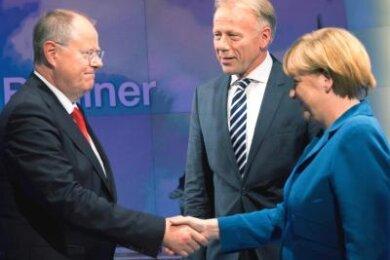"""Kanzlerin Merkel verabschiedet sich nach der """"Elefantenrunde"""" von SPD-Kanzlerkandidat Steinbrück (l) und Jürgen Trittin von den Grünen."""