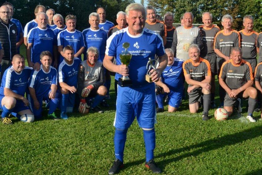 Das Abschiedsspiel von Joachim Söllner (vorn) wollte sich niemand entgehen lassen. Alte Weggefährten aus Limbach (blaue Trikots) und aus dem kompletten Umland (grau-orange) sorgten für einen sportlichen Abschluss.
