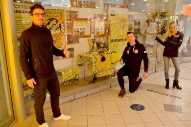 Fanprojektleiter Kai Zimmermann, Oberliga-Stürmer Kamil Popowicz und VFC-Geschäftsstellenleiterin Silja Schumann bedanken sich für die tolle Möglichkeit, ihre Vereine zu präsentieren.