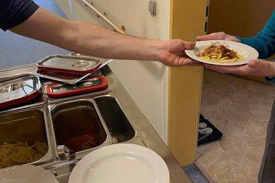 In der Seniorenresidenz Alexa kommt das Essen per Wagen ins Betreute Wohnen. Gemeinschaft beim Essen Fehlanzeige.