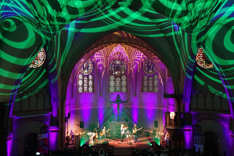 In Licht und Laser getaucht: die Kirche in Hainichen.