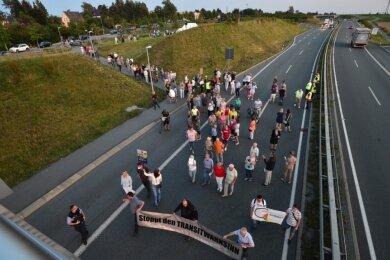 Der Demonstrationszug am Montagabend auf der B 174 in Adelsberg: Mehrere hundert Anwohner forderten dabei vom Freistaat Sachsen einen verbesserten Lärmschutz entlang der Bundesstraße.
