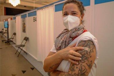 Sylvia Bernhardt von der ambulanten Pflege des DRK Aue-Schwarzenberg nach ihrer Impfung. In 21 Tagen folgt die zweite Dosis. Wo der Impfstoff für den Kreis aufbewahrt wird, darüber geben die Verantwortlichen keine Auskunft.