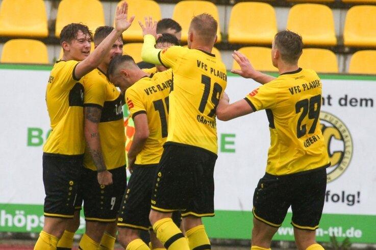 Die Spieler des VFC Plauen feiern James-Kevin Nahr (Zweiter von links), der mit seinen drei Treffern am Sonntagnachmittag zum Matchwinner gegen Nordhausen avancierte.