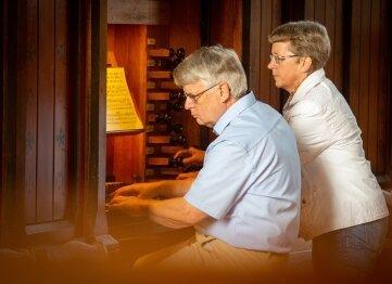 Christian Liebscher, hier mit seiner Frau Christine bei einem Konzert in der Stadtkirche Oederan, spielt am Sonntag in Pfaffroda.