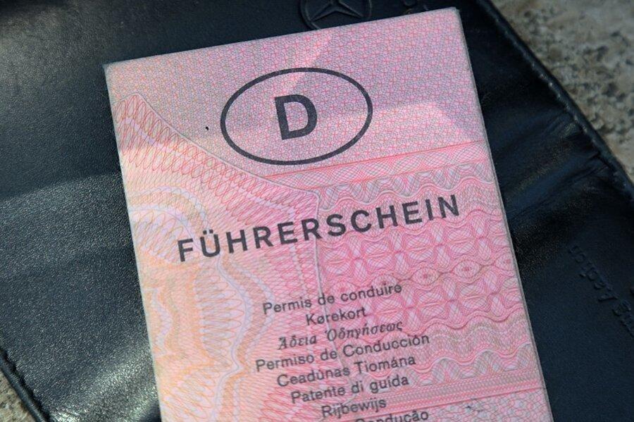 Ab Juli müssen Papier-Führerscheine gestaffelt nach Geburtsjahrgängen umgetauscht werden.