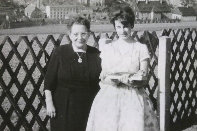 Ein historisches Bild aus Zschopau. Es zeigt Angelica Brehmer (r.) mit ihrer Patentante Johanna Gottschald, die bis 1959 mehrere Jahre lang in Dresden als Haushälterin von Martin Andersen Nexö gearbeitet hatte.
