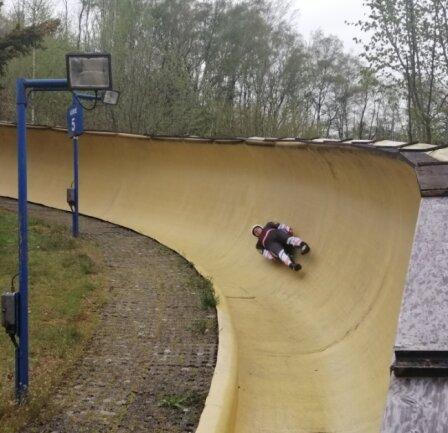 Ein österreichischer Rodler donnert durch die Kurve 5.