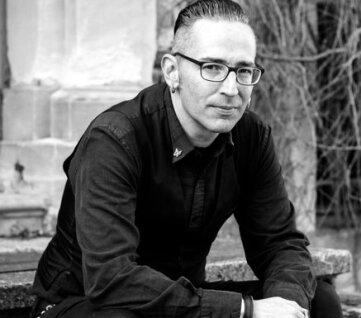 Marko Kruppe ist Schriftsteller und Moderator in Leipzig.