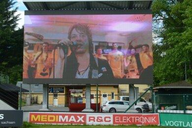 Wenn der VfB im Stadion spielt, läuft die Vereinshymne - im Bild Simultan-Frontmann Sebastian Fischer mit Auerbacher Kickern - auf der neuen LED-Wand. Am Sonntag wird die XXL-Anzeigetafel auch beim Stadt-Gottesdienst im Stadion eingesetzt.