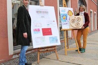 Sylva-Michèle Sternkopf (rechts), Mitglied im Stadtmarketingverein Oederan, wurde auf die Aktion aufmerksam. Sie schenkte der Kintertagesstätte als Anerkennung für die Leistungen das Spielzeug Kugelwirbel, dass Kitz-Vorstandsmitglied Juliane Brand-Schubert entgegennahm.