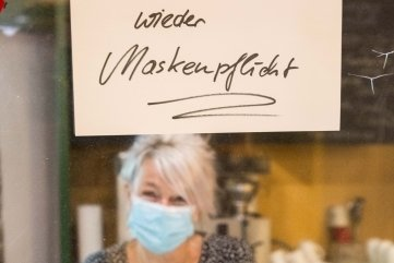 Im Bergamt auf der Großen Kirchgasse werden die Essensgäste mit einem Schild auf die neuen Regeln hingewiesen. Im Bild: Servicekraft Kerstin Reuter.