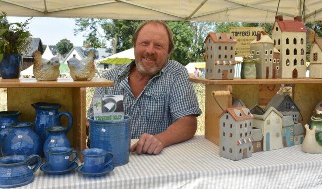 Das Freilichtmuseum Landwüst verwandelte sich am Wochenende zum achten Mal in einen Kunsthandwerkermarkt. Uwe Kley aus Kammerforst in Thüringen bot Töpferwaren an.