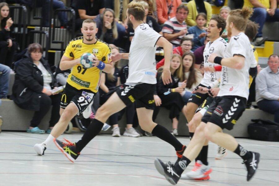 Sebastian Naumann (am Ball) erzielte sechs Treffer für Oberlosa. Am Ende nahmen aber die Gäste aus Bernburg die Punkte beim 34:36 mit.