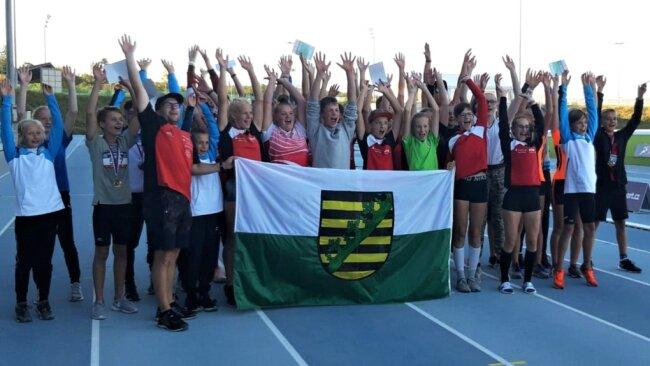 Weil die Erzgebirgsauswahl in Tschechien gleichzeitig den Freistaat vertrat, hatten die jungen Leichtathleten auch eine sächsische Flagge im Gepäck. Mit der wurde am Ende ausgiebig gejubelt, denn der Wettkampf erwies sich als toller Erfolg und brachte manche gute Platzierung mit sich.