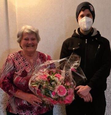 Mike Böhmer vom Kreisfachverband Tischtennis gratulierte Anneliese Fleck zum 80. Geburtstag.