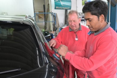 Ein Foto aus der Zeit von Fenil Patels Ausbildung: Bei Rainer Pommer (links) in Aue hat der junge Inder den Beruf des Fahrzeuglackierers erlernt. Seit voriger Woche macht er das Abitur.