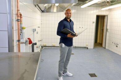 Der Waldenburger Ratskeller wird derzeit zu einer Großküche umgebaut. Bis zu 600 Schulspeisen sollen hier zukünftig gekocht werden. Projektleiter Sebastian Meyer ist täglich auf der Baustelle unterwegs.