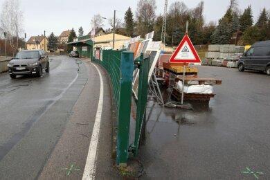 Hier wurde schon mal eingemessen, wie der Zaun für die barrierefreie Bushaltestelle an der BHG versetzt werden muss.