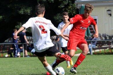 Im C-Junioren-Turnier belegten die Gastgeber vom VfB Eckersbach - im Foto Paul Schneider (links) im Duell mit Ferdinand Schäffer vom FC 02 Zwickau - Rang 2 hinter Sieger Traktor Neukirchen.