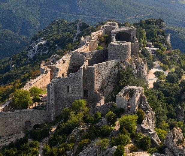 Blick vom höchsten Turm der Festung Peyrepertuse 800 Meter über dem Meeresspiegel auf die Unterburg. Die Anlage steht unter Denkmalschutz.