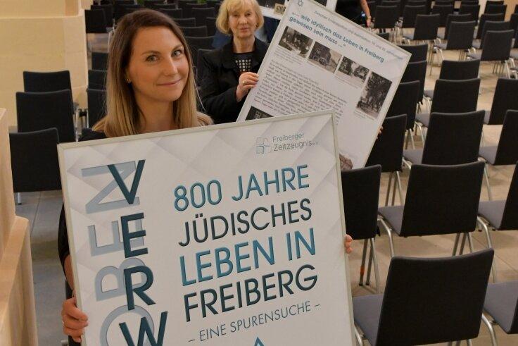 Anna Engel (vorne), Beate Düsing und Daniel Großmann vom Verein Zeitzeugen haben mit den Mitgliedern des Vereins mehr als 30 Schautafeln im Kirchenschiff und der ersten Etage angebracht.