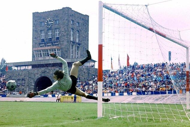 Typische Körperhaltung eines Weltklassetorwarts: Der Zwickauer Jürgen Croy beim Aufwärmen vor einem Oberliga-Punktspiel 1974 im Zwickauer Stadion.