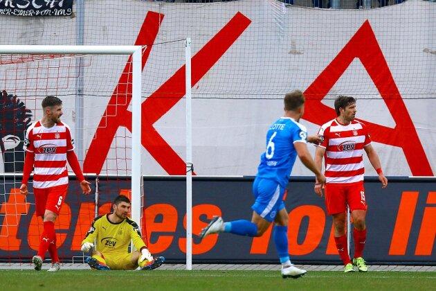 Das 0:1 aus Sicht des FSV, Jonas Hofmann von den Sportfreunden Lotte dreht zum Jubeln ab.