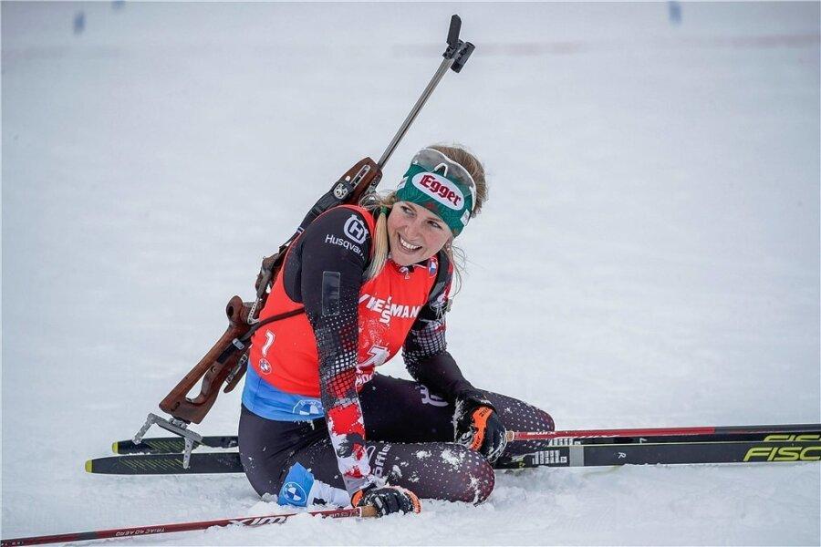 Strahlend sitzt Lisa Theresa Hauser nach ihrem ersten Weltcupsieg in Antholz im Schnee.