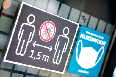 Ein Schild weist auf Hygienemaßnahmen und Maskenpflicht hin.