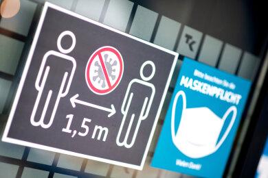 Laut einer aktuellen Umfrage im Auftrag der sächsischen Staatskanzlei hält eine Mehrheit der Sachsen die Corona-Schutzmaßnahmen für sinnvoll. 80 Prozent der Befragten gaben an, dass der Mindestabstand berechtigt sei.