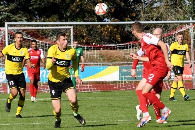 Plauens Stürmer Kamil Popowicz (Nummer 9) konnte die 0:3-Niederlage beim Pokalaus in Kamenz auch nicht abwenden.