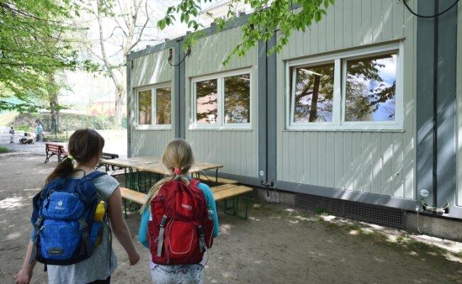 Derzeit nutzt die Grundschule Glösa die zwei Container auf dem Schulhof als Klassenräume.
