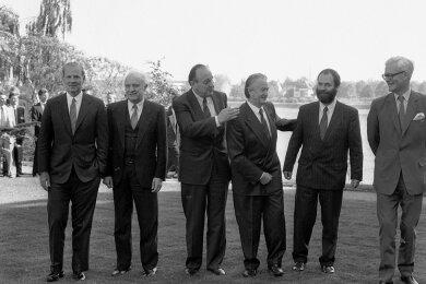 Ein Stelldichein mit Fünfen: Der damalige DDR-Außenminister Markus Meckel (2. von r.) schien im Kreise seiner fünf Amtskollegen bei den Zwei-plus-Vier-Gesprächen, die im Mai 1990 in Bonn stattfanden, noch etwas zu fremdeln. James Baker (USA), Eduard Schewardnadse (UdSSR), Hans-Dietrich Genscher, Roland Dumas (Frankreich) und der Brite Douglas Hurt (v. l.) gaben sich - zumindest vor den Kameras - mit der Integration alle Mühe.