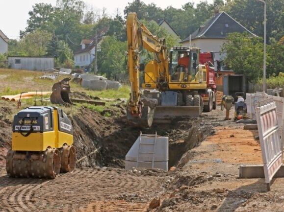 Bis zu 2,50 Meter tief frisst sich der Bagger für das Verlegen der Versorgungsleitungen in die Thurmer Straße in Zwickau.