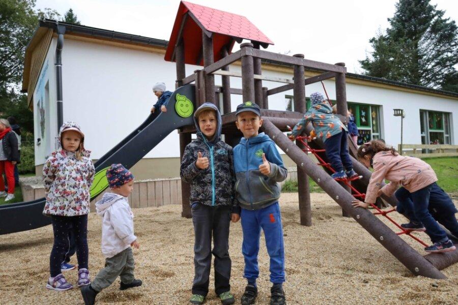 Kinder in Schnarrtanne freuen sich über neue Spielgeräte