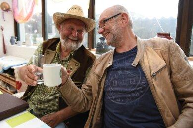 In Freundschaft und Frotzelei verbunden: MDR-Reporter Roland Bromnitz (rechts) aus Plauen hat den Wetterbauer Rolf-Eckart Uebel aus Bad Elster seit mehr als 25 Jahren einmal monatlich für MDR 1 Radio Sachsen zu Beobachtungen und Prognosen befragt. Jetzt geht der 64-jährige Bromnitz in Rente. Der 78-jährige Wetterbauer macht weiter.