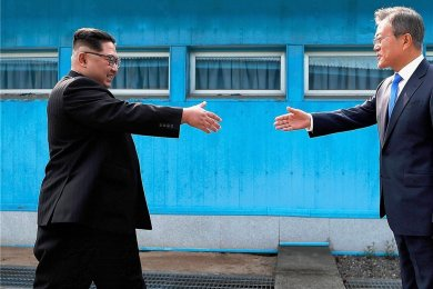 Man geht aufeinander zu. Südkoreas Präsident Moon Jae-in (r.) beim Handschlag mit dem nordkoreanischen Staatschef Kim Jong-un an der Demilitarisierten Zone in Panmunjom im April 2018. Seit jenem historischen Treffen hat sich das Klima zwischen beiden Ländern aber wieder abgekühlt.