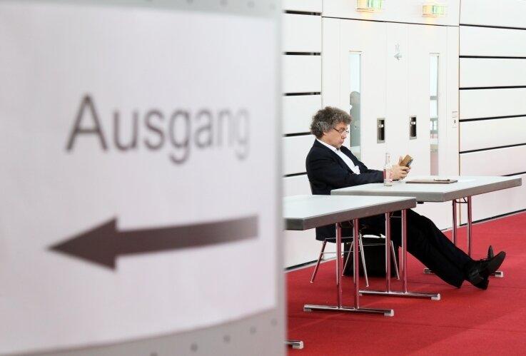 Moosdorf sitzt während der Debatte im Abseits.