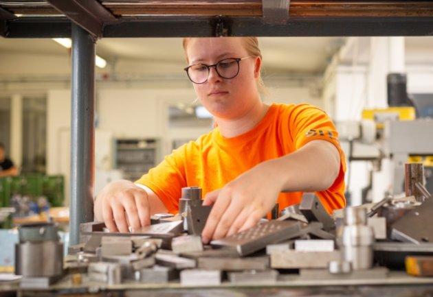 Cassandra Schuffenhauer lernt im Bildungswerk der Sächsischen Wirtschaft den Beruf der Zerspanerin im ersten Lehrjahr. Sie gehört damit zu den wenigen Mädchen, die sich für diesen Metallberuf entschieden haben.